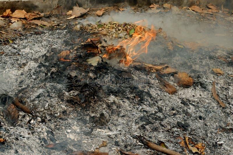 Καπνός από καύση Είναι μια απλή απόρριψη αποβλήτων στοκ φωτογραφίες