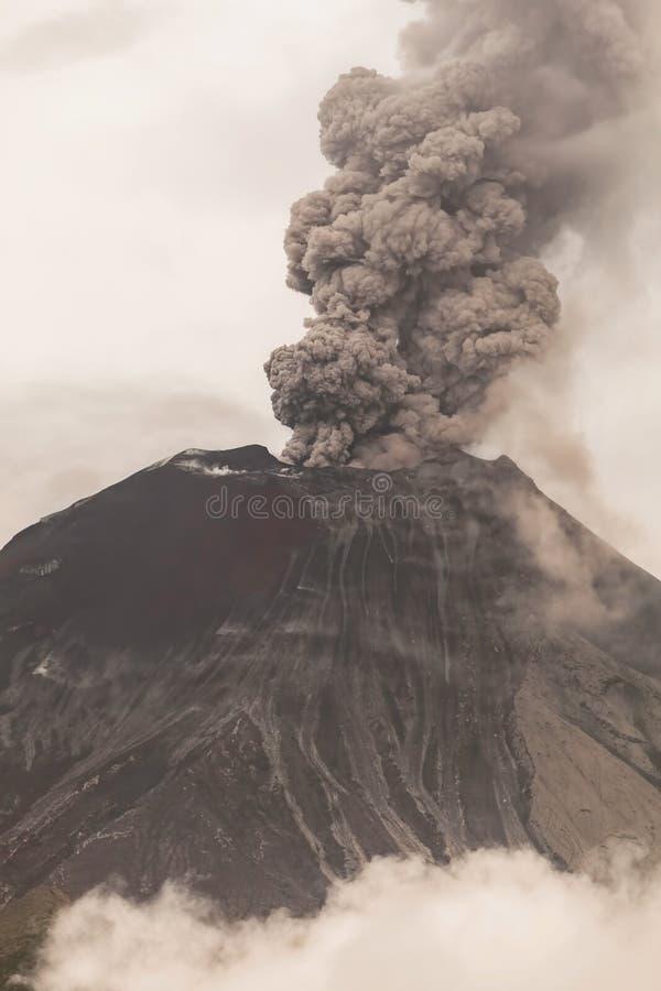 Καπνός και τέφρα Spews ηφαιστείων Tungurahua στοκ φωτογραφίες