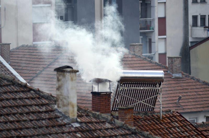Καπνός καπνοδόχων από το ιδιωτικό σπίτι στοκ φωτογραφίες