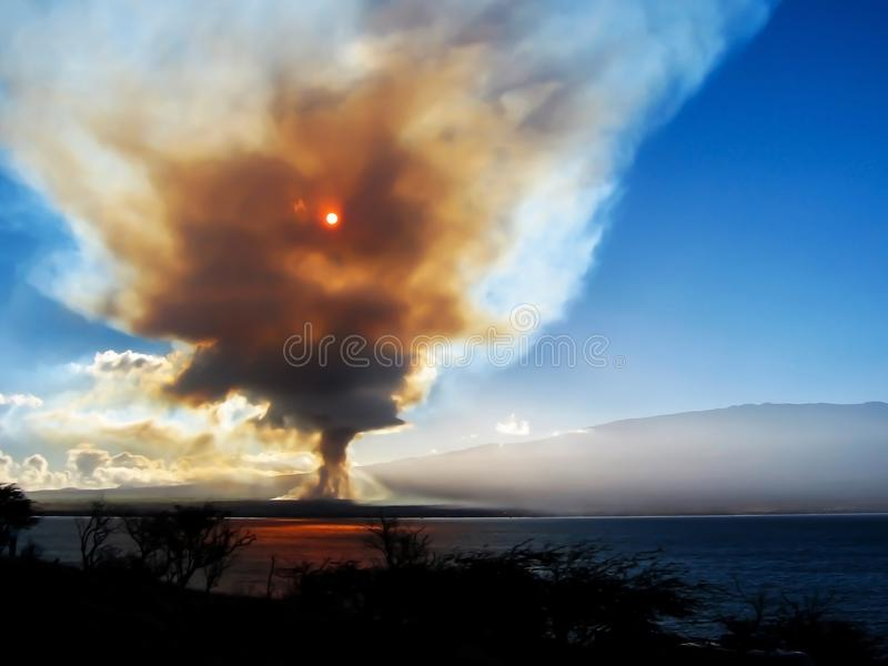 Καπνός που ανέρχεται στον ουρανό με τον ήλιο που λάμπει μέσω πέρα από το νησί στοκ φωτογραφίες