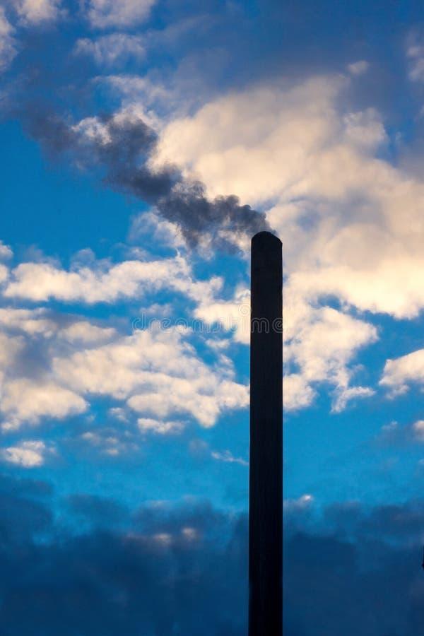 καπνός που αυξάνεται από έναν σωρό στοκ φωτογραφίες