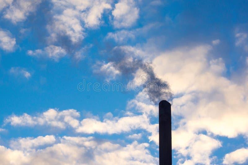 καπνός που αυξάνεται από έναν σωρό στοκ εικόνες με δικαίωμα ελεύθερης χρήσης