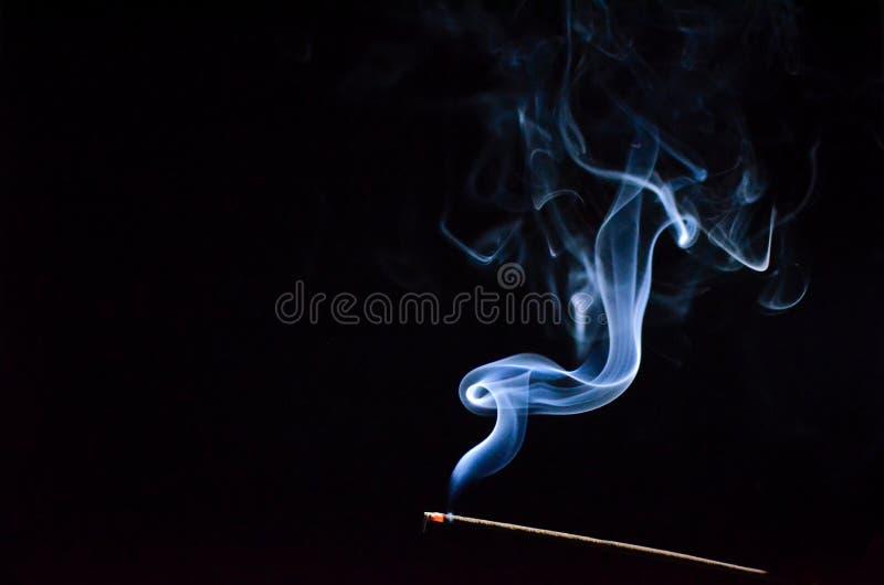 Καπνός που κατσαρώνουν στοκ εικόνες