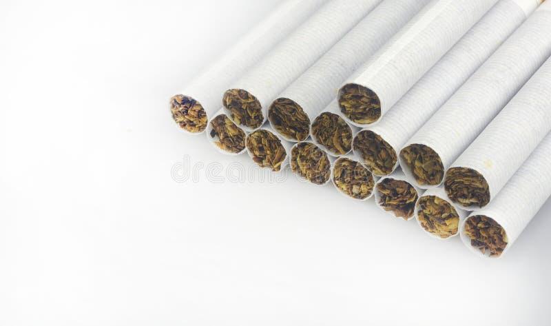 Καπνός στα τσιγάρα με ένα καφετί φίλτρο στοκ εικόνες