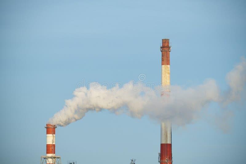 καπνός σωλήνων εργοστασίων εκπομπής στοκ εικόνα με δικαίωμα ελεύθερης χρήσης
