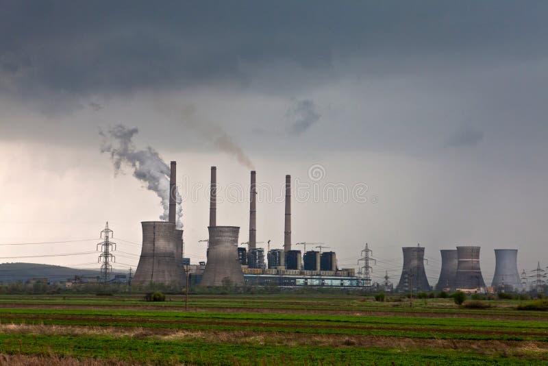 καπνός σωλήνων εργοστασίων εκπομπής στοκ εικόνες