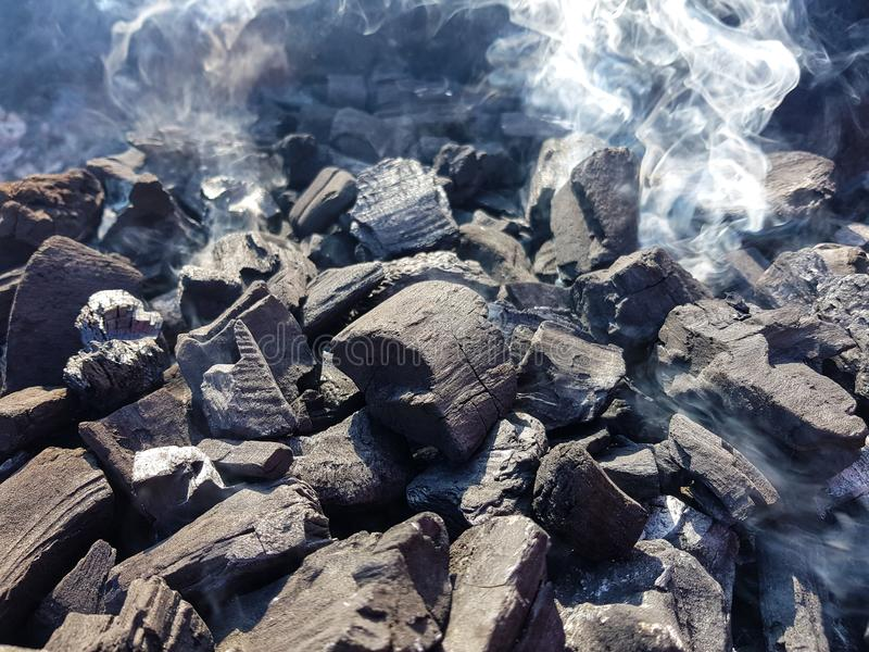 Καπνός του άνθρακα στις χοβόλεις Προετοιμασία της πυρκαγιάς για τις χοβόλεις σχαρών Υπαίθρια αναψυχή Καμία φλόγα που βλέπει στην  στοκ εικόνες με δικαίωμα ελεύθερης χρήσης
