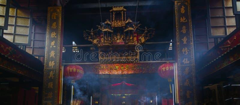 Καπνός του ραβδιού κινέζικων ειδώλων στον παλαιό κινεζικό ναό στοκ εικόνες