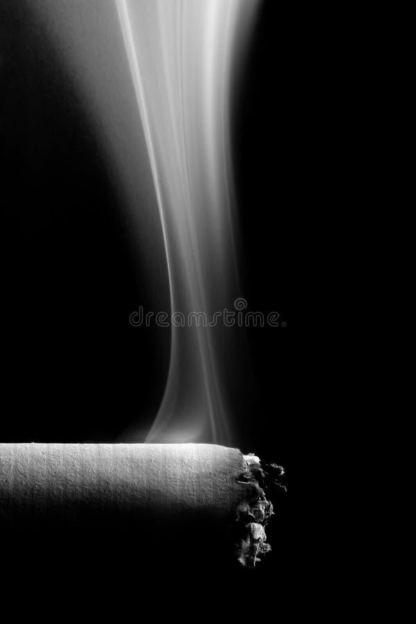 Download καπνός τσιγάρων στοκ εικόνα. εικόνα από νικοτίνη, μαύρα - 378967