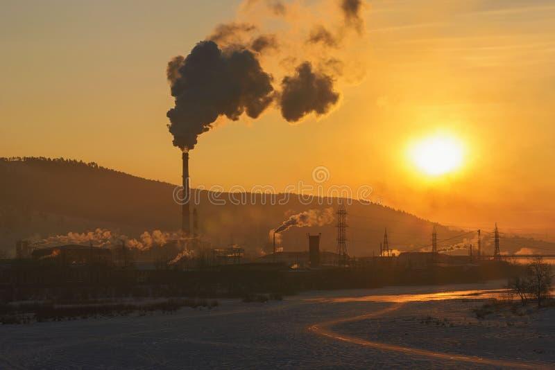 Καπνός χειμερινών τοπίων από το παγωμένο misty πρωί καπνοδόχων TPP στοκ εικόνες