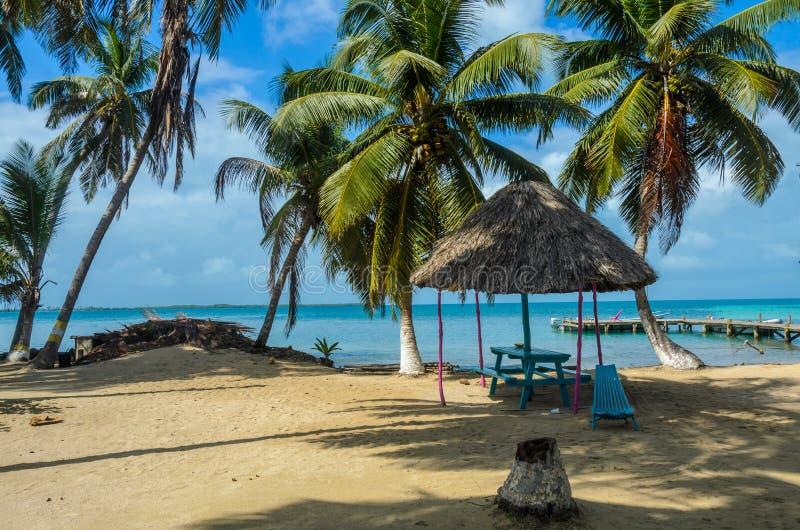 Καπνός Caye - μικρό τροπικό νησί στο σκόπελο εμποδίων με την παραλία παραδείσου, καραϊβική θάλασσα, Μπελίζ, Κεντρική Αμερική στοκ φωτογραφία