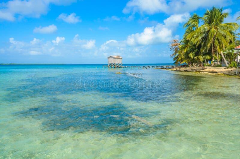 Καπνός Caye - μικρό τροπικό νησί στο σκόπελο εμποδίων με την παραλία παραδείσου, καραϊβική θάλασσα, Μπελίζ, Κεντρική Αμερική στοκ φωτογραφία με δικαίωμα ελεύθερης χρήσης