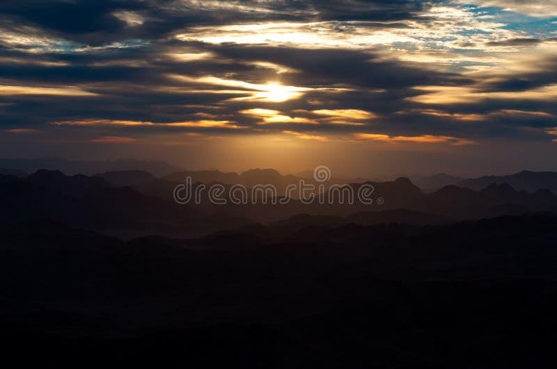 Καπνώδης ανατολή βουνών στοκ φωτογραφίες