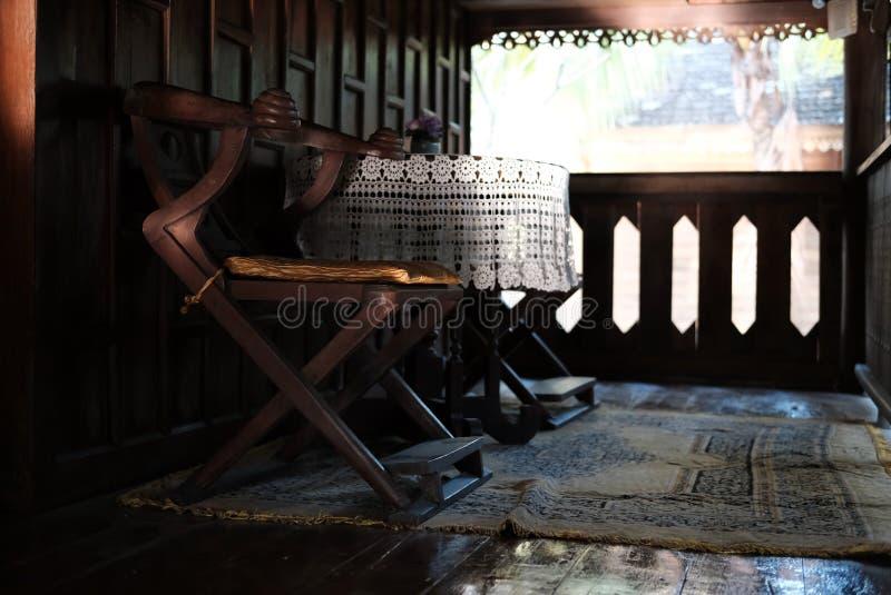 καρέκλα & γραφείο στο πεζούλι του παραδοσιακού εκλεκτής ποιότητας ξύλινου σπιτιού σε Tha στοκ φωτογραφία με δικαίωμα ελεύθερης χρήσης