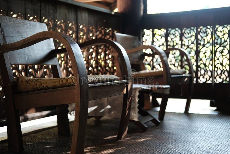 καρέκλα & γραφείο στο πεζούλι του παραδοσιακού εκλεκτής ποιότητας ξύλινου σπιτιού σε Tha στοκ φωτογραφία