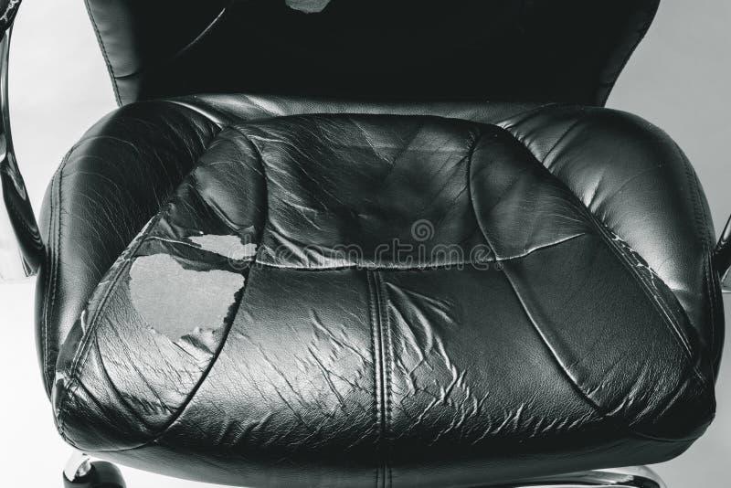 Καρέκλα γραφείων δέρματος σε ένα άσπρο υπόβαθρο καμία απομόνωση επισκευές μεταφέροντας ταπετσαρία στοκ εικόνες με δικαίωμα ελεύθερης χρήσης