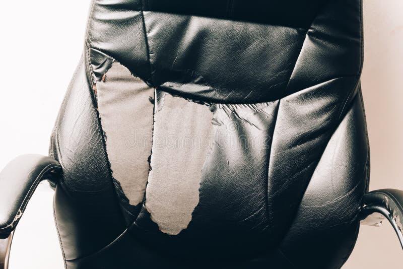 Καρέκλα γραφείων δέρματος σε ένα άσπρο υπόβαθρο καμία απομόνωση επισκευές μεταφέροντας ταπετσαρία στοκ φωτογραφίες με δικαίωμα ελεύθερης χρήσης