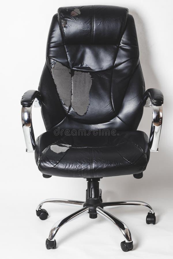 Καρέκλα γραφείων δέρματος σε ένα άσπρο υπόβαθρο καμία απομόνωση επισκευές μεταφέροντας ταπετσαρία στοκ εικόνες