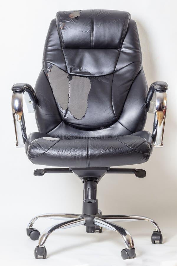 Καρέκλα γραφείων δέρματος σε ένα άσπρο υπόβαθρο καμία απομόνωση επισκευές μεταφέροντας ταπετσαρία στοκ φωτογραφίες