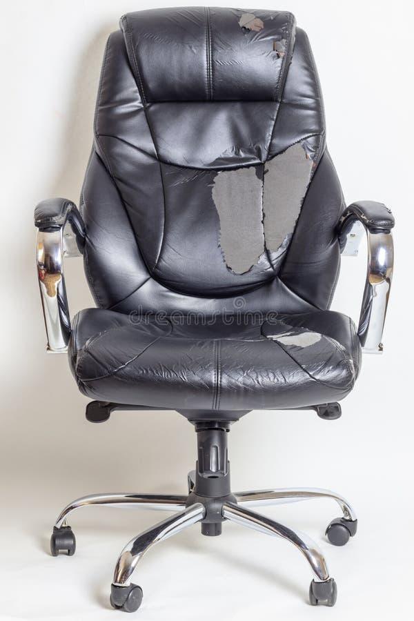 Καρέκλα γραφείων δέρματος σε ένα άσπρο υπόβαθρο καμία απομόνωση επισκευές μεταφέροντας ταπετσαρία στοκ φωτογραφία με δικαίωμα ελεύθερης χρήσης