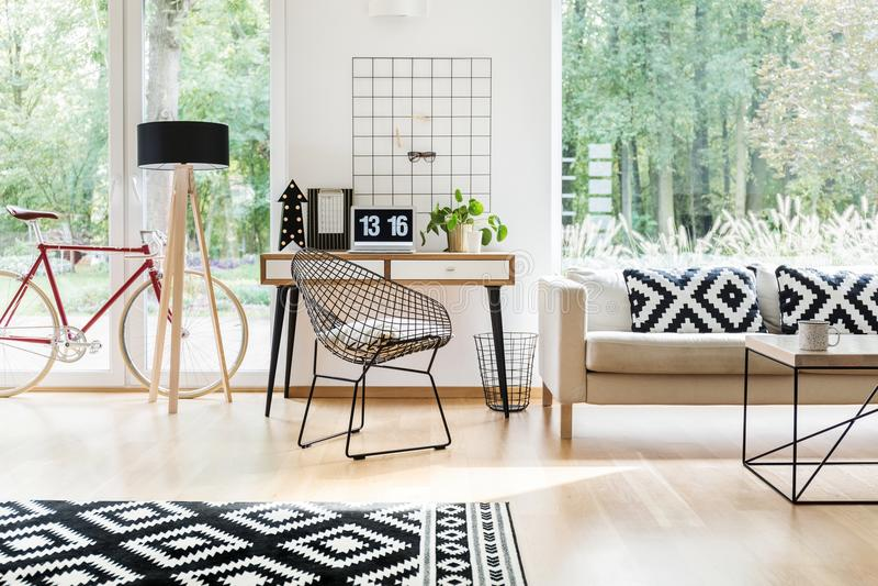 Καρέκλα διαμαντιών στο ξύλινο γραφείο στοκ φωτογραφία με δικαίωμα ελεύθερης χρήσης