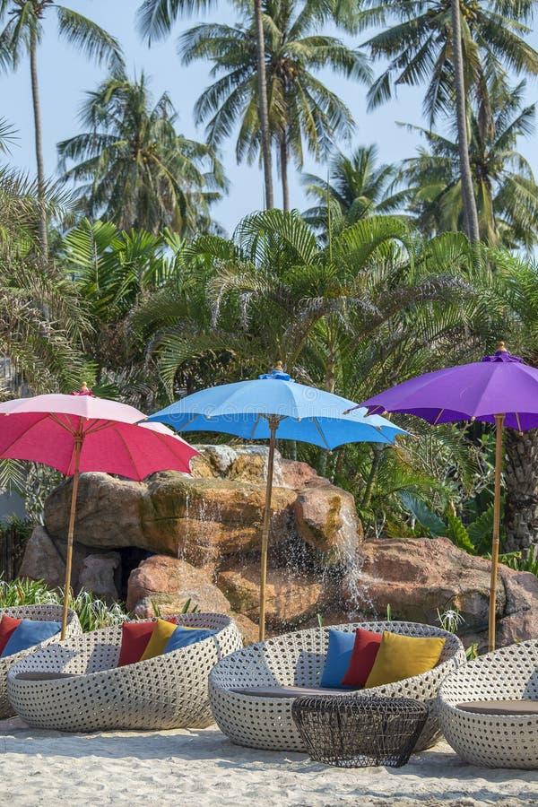 Καρέκλα και ομπρέλα παραλιών στην τροπική πισίνα παραλιών πλησίον στην ηλιόλουστη ημέρα, Ταϊλάνδη στοκ φωτογραφίες με δικαίωμα ελεύθερης χρήσης