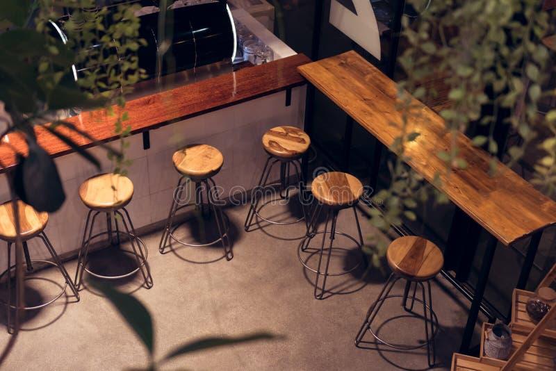 Καρέκλα καταστημάτων καφέδων τη νύχτα, υψηλή μορφή για την κατανάλωση στοκ εικόνες