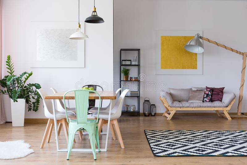 Καρέκλα μεντών να δειπνήσει στον πίνακα στοκ εικόνα με δικαίωμα ελεύθερης χρήσης