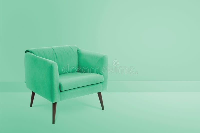 καρέκλα ξύλου και υφάσματος στο δωμάτιο χρώματος για το διάστημα αντιγράφων στοκ φωτογραφίες