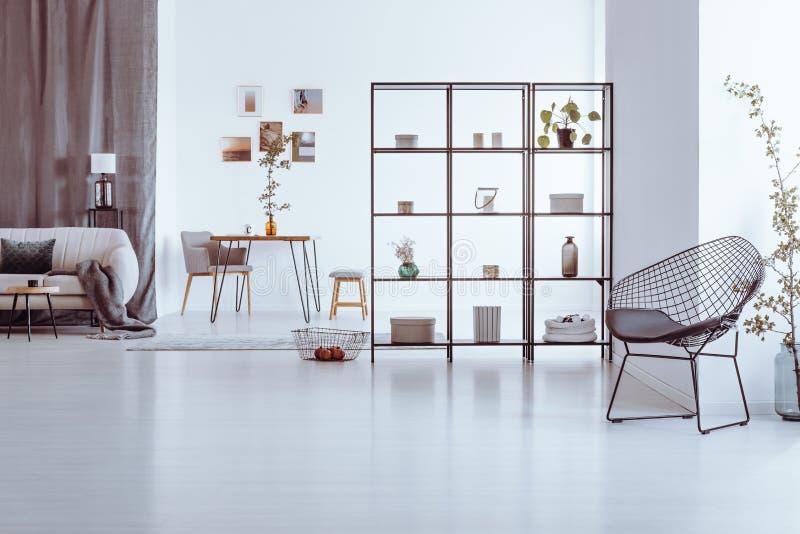 Καρέκλα σχεδιαστών στο καθιστικό στοκ φωτογραφία