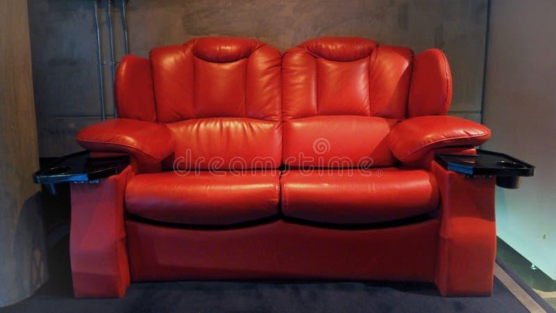 Καρέκλες καθισμάτων κινηματογράφων κινηματογραφικών αιθουσών δέρματος κόκκινου χρώματος στοκ εικόνα με δικαίωμα ελεύθερης χρήσης