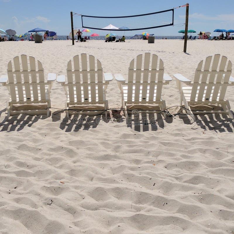 Καρέκλες και πετοσφαίριση παραλιών καθαρές στοκ φωτογραφία με δικαίωμα ελεύθερης χρήσης