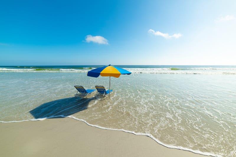 Καρέκλες και parasol παραλιών σε Daytona Beach στοκ φωτογραφία με δικαίωμα ελεύθερης χρήσης