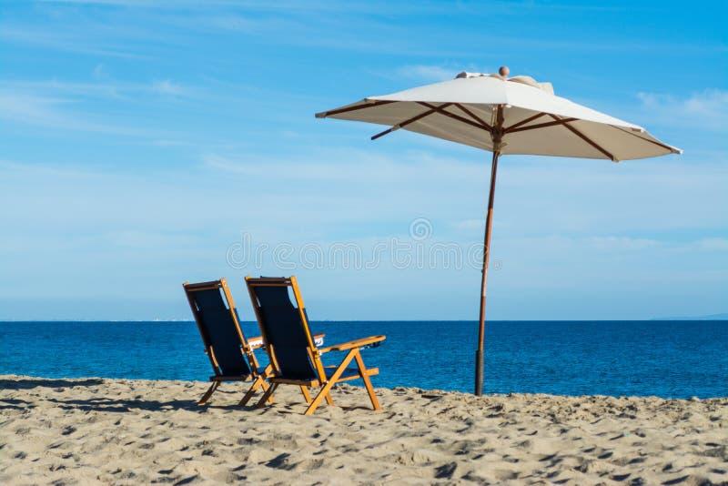 Καρέκλες και parasol παραλιών στην ακτή Malibu στοκ φωτογραφία με δικαίωμα ελεύθερης χρήσης