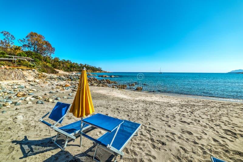 Καρέκλες ομπρελών και παραλιών στην άμμο στοκ εικόνα με δικαίωμα ελεύθερης χρήσης