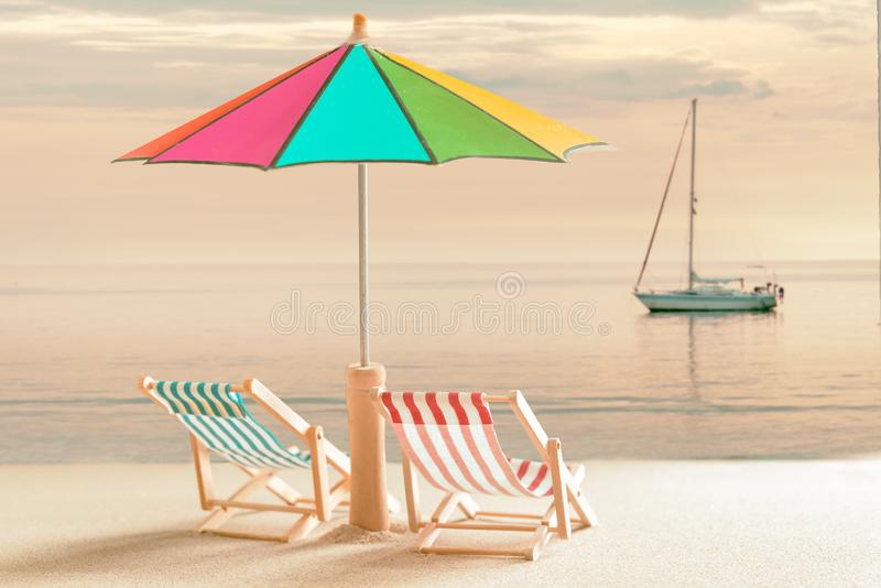 Καρέκλες παραλιών και με την ομπρέλα στοκ εικόνες