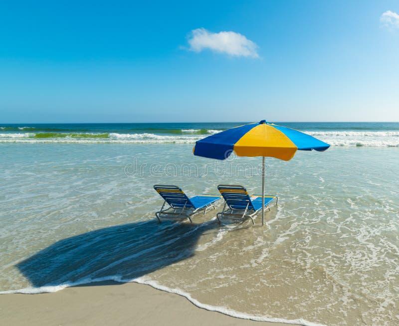 Καρέκλες παραλιών και ομπρέλα παραλιών σε Daytona Beach στοκ εικόνα με δικαίωμα ελεύθερης χρήσης