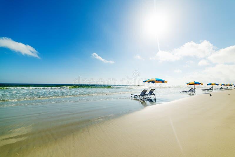 Καρέκλες παραλιών και parasols κάτω από έναν λάμποντας ήλιο σε Daytona Beach στοκ φωτογραφίες