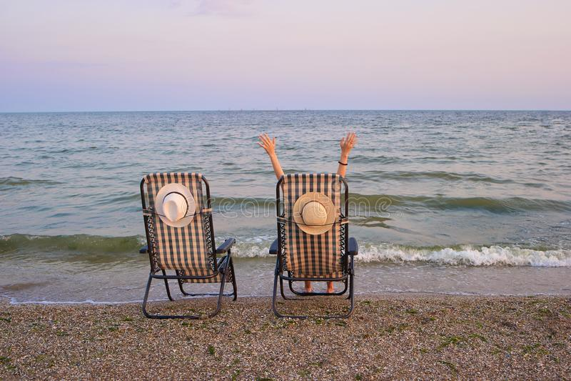 Καρέκλες παραλιών με τη θάλασσα ως υπόβαθρο στοκ φωτογραφίες με δικαίωμα ελεύθερης χρήσης