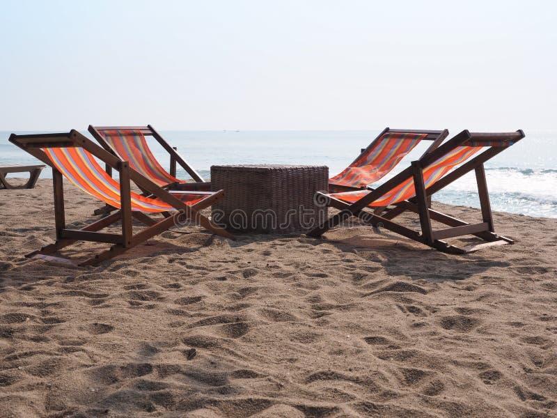 Καρέκλες παραλιών που τίθενται μέσα από το κάθισμα τέσσερα για τον τουρίστα για να χαλαρώσει το χρόνο, θάλασσα της Ταϊλάνδης, καλ στοκ φωτογραφία με δικαίωμα ελεύθερης χρήσης