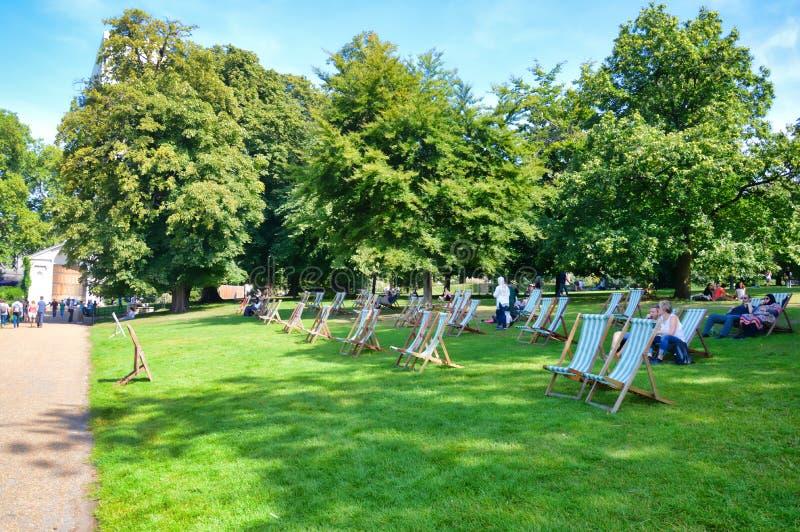 Καρέκλες χορτοταπήτων στο Χάιντ Παρκ στοκ φωτογραφία με δικαίωμα ελεύθερης χρήσης