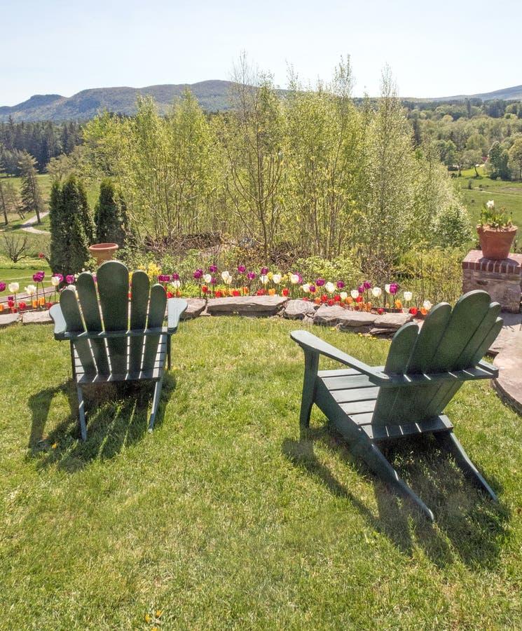 Καρέκλες Adirondack στο χορτοτάπητα χλόης που αγνοεί Berkshires στοκ φωτογραφία με δικαίωμα ελεύθερης χρήσης