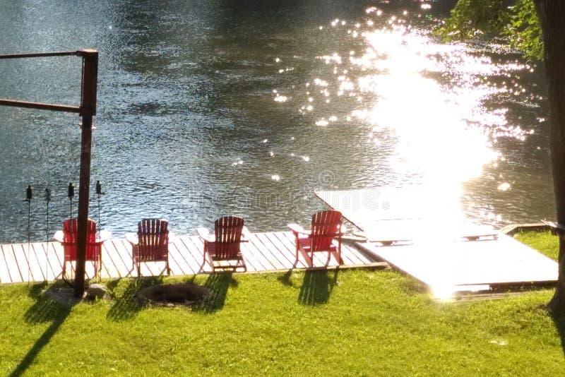 Καρέκλες Muskoka στη λίμνη στοκ εικόνες
