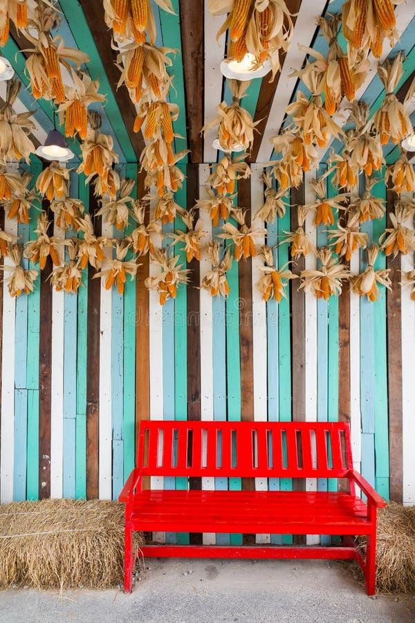 Καρέκλα κόκκινου χρώματος στο αγρόκτημα στοκ φωτογραφία