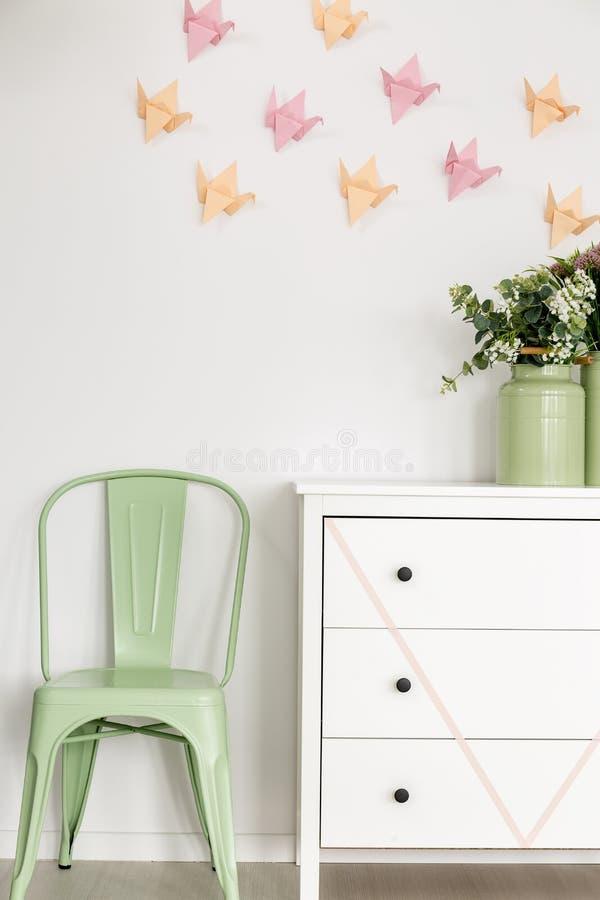 Καρέκλα μεντών και άσπρο κομό στοκ φωτογραφία με δικαίωμα ελεύθερης χρήσης