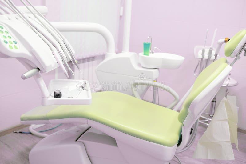 Καρέκλα οδοντιάτρου σε ένα ιατρικό δωμάτιο στοκ φωτογραφίες με δικαίωμα ελεύθερης χρήσης