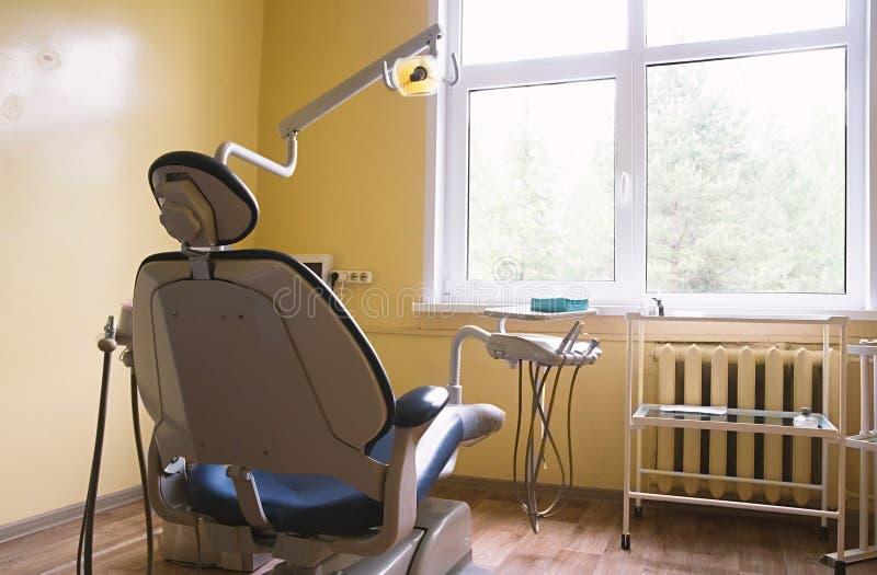 Καρέκλα οδοντιάτρων ` s σε ένα ιατρικό δωμάτιο στοκ εικόνες με δικαίωμα ελεύθερης χρήσης