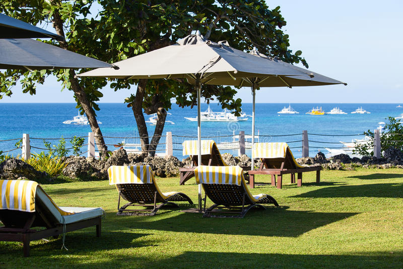 Καρέκλα παραλιών στην ηλιόλουστη ακτή στοκ εικόνα με δικαίωμα ελεύθερης χρήσης