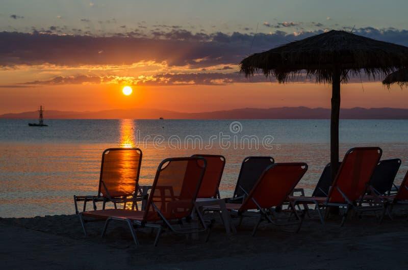 Καρέκλες γεφυρών και parasols στην παραλία άμμου θάλασσας το καλοκαίρι στοκ εικόνα με δικαίωμα ελεύθερης χρήσης