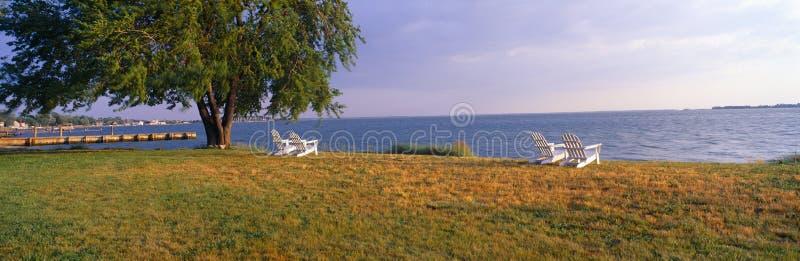Καρέκλες παραλιών από το κόλπο Chesapeake στο πανδοχείο του Robert Morris, Οξφόρδη, Μέρυλαντ στοκ φωτογραφία με δικαίωμα ελεύθερης χρήσης